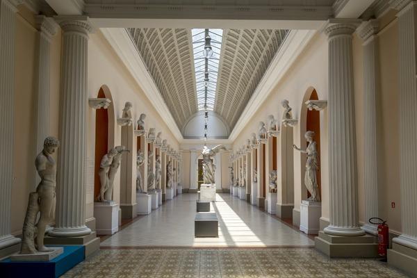 O salão de arte antiga do Museu Nacional de Belas Artes, cheio de réplicas de estátuas greco-romanas