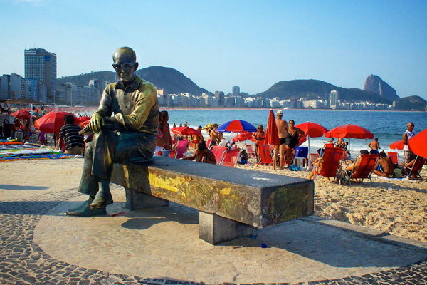 A estátua de Carlos Drummond de Andrade sentada perto do Posto 6 de Copacabana