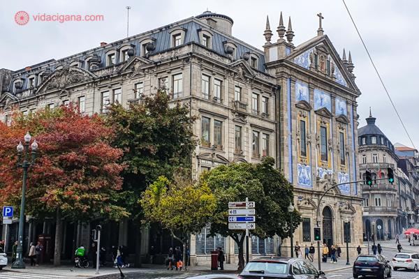 Um dos melhores locais para ficar no Porto: a Avenida dos Aliados, com suas lindas árvores outonais e igrejas com azulejos na fachada