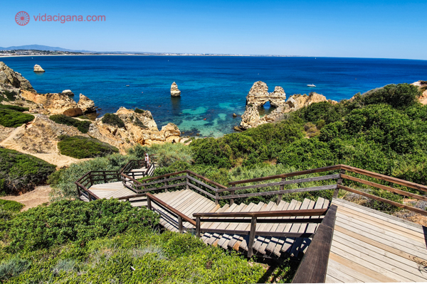 """A melhor época para ir ao Algarve é durante o verão. Aliás, o Algarve só """"funciona"""" durante o verão. Na foto vemos a Praia do Camilo, em Lagos"""