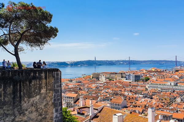 A melhor época para ir a Lisboa é na primavera ou vão. O castelo de São Jorge, como visto na foto, está mais vazio, mas mesmo assim, com vistas incríveis de toda Lisboa lá embaixo