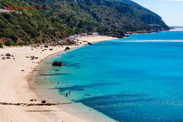 A Praia de Galapinhos, na Serra da Arrábida, na primavera