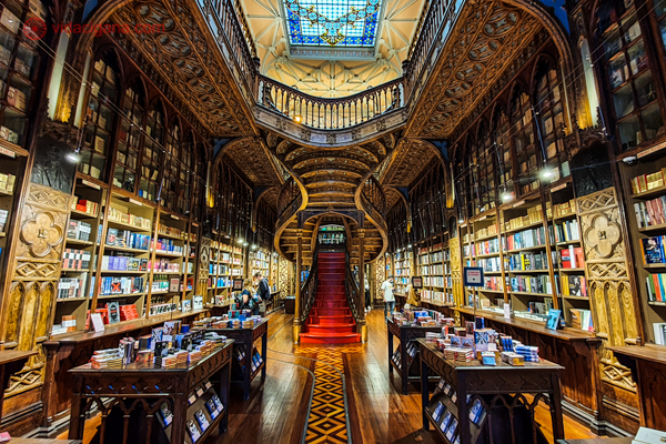 O interior da Livraria Lello no Porto