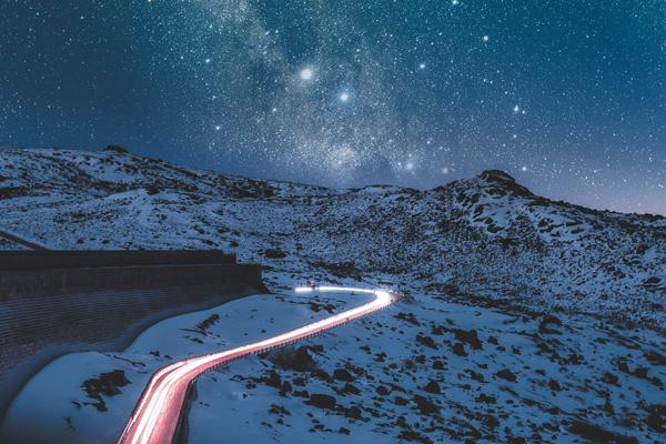 A melhor época para ir a Serra da Estrela é durante o inverno, para pegar montanhas cheias de neve como as da foto