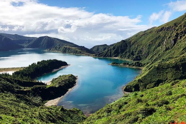 Uma das ilhas do Arquipélago dos Açores cheia de montanhas verdes e lagos com água de um azul intenso