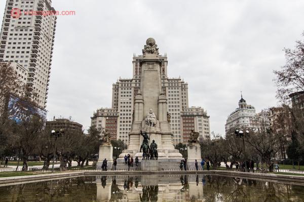 A Praça de Espanha, com sua enorme piscina e monumentos imponentes