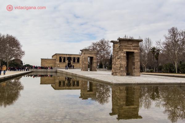 O Templo de Debod num dia nublado, com seu reflexo na piscina ao seu redor