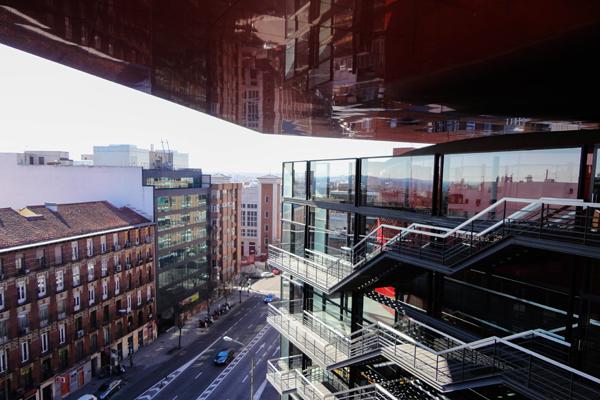 A fachada do Museu Reina Sofía bem moderno, com o teto vermelho