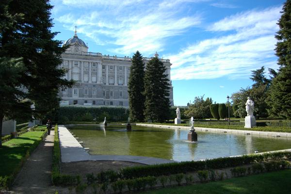 Uma das enormes fontes dos Jardins de Sabatini, rodeado de árvores e com o palácio ao fundo