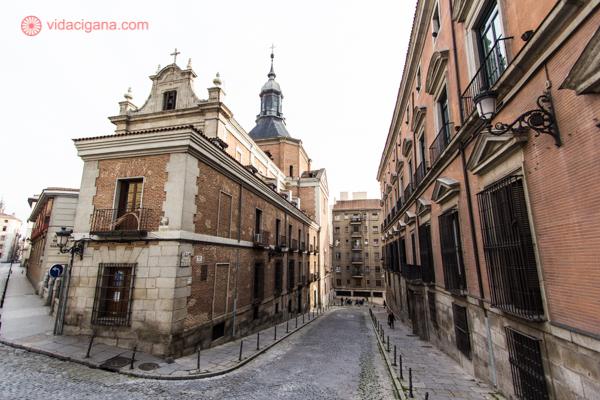 Uma rua em Madri cheia de prédios cor de ocre