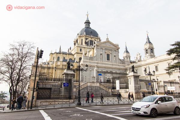A Catedral de la Almudena fica de costas, com seu prédio amarelo e cúpula cinza