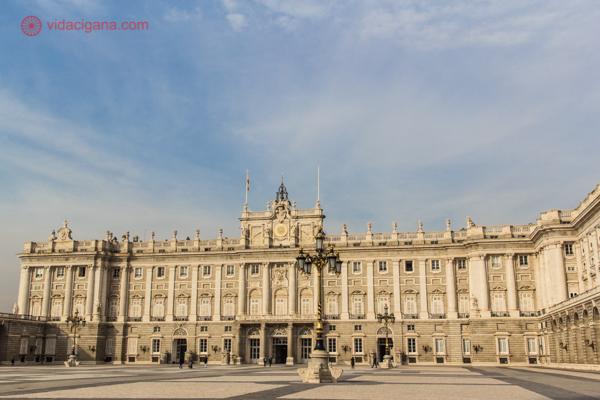 A linda fachada do Palácio Real de Madri vista de frente