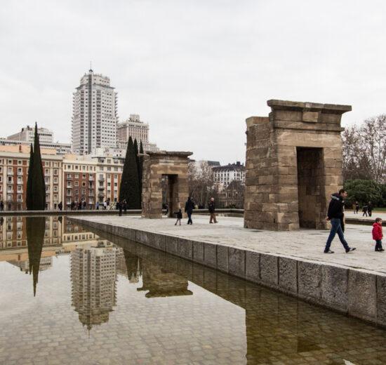 Onde ficar em Madri: O Templo de Debod cheio de visitantes num frio dia de outono