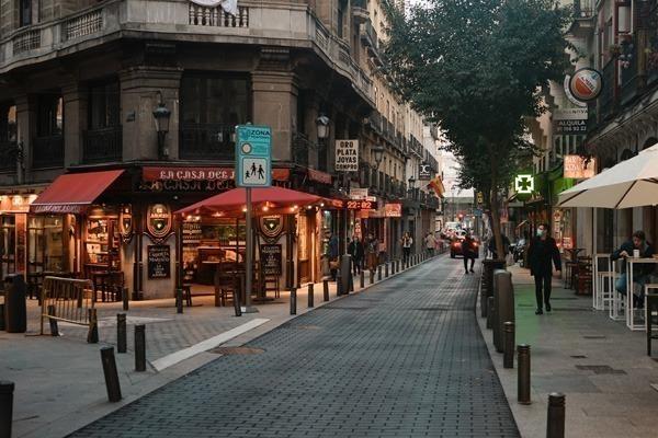 O Barrio de las Letras ao entardecer, cheio de bares e restaurantes