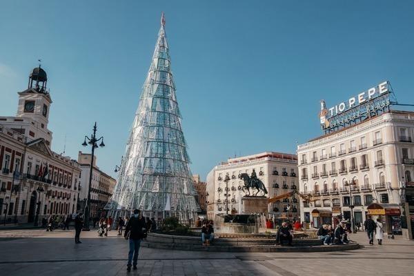 A Puerta del Sol durante o Natal, com uma árvore de Natal prateada montada no meio da praça