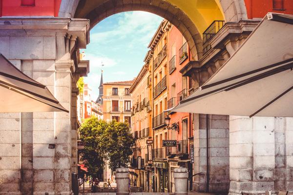 A vista de uma rua a partir de um arco na Plaza Mayor