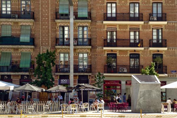 Prédios chiques com restaurantes em suas calçadas em Salamanca