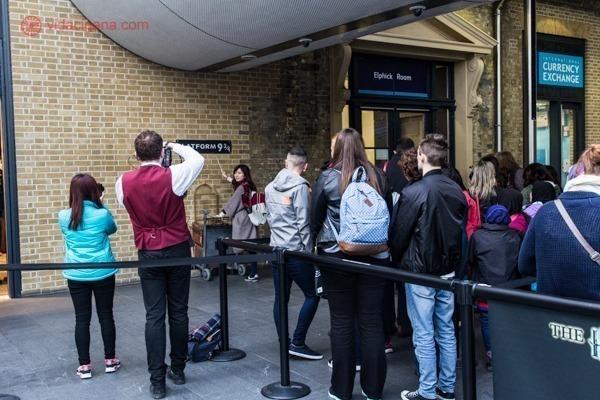 Uma fila para chegar até a Plataforma 9¾ na King's Cross Station