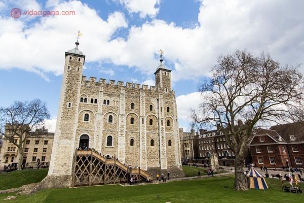 A Torre de Londres vista de dentro de seu jardim, toda branca e bege.