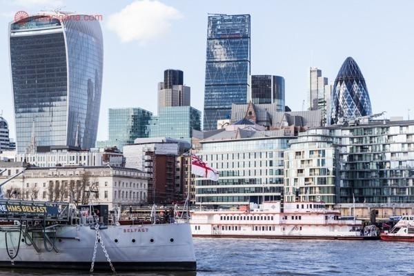 O que fazer em Londres: A parte moderna da cidade, mas margens do Rio Tâmisa, com seus prédios altos e espelhados