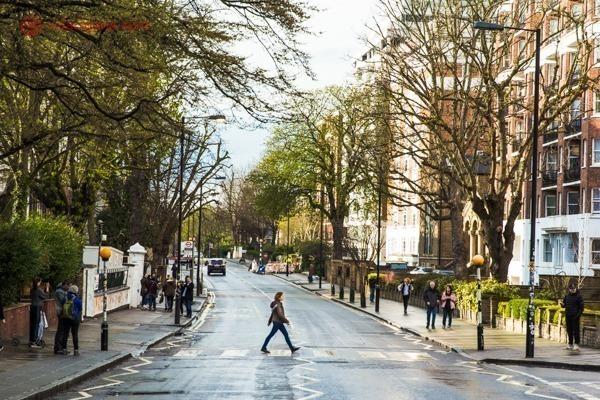 Uma mulher atravessando a faixa de pedestres na Abbey Road