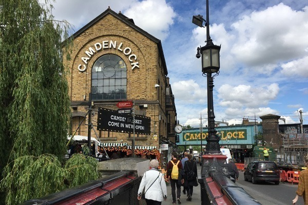 O mercado de Camden Town com pessoas andando na calçada