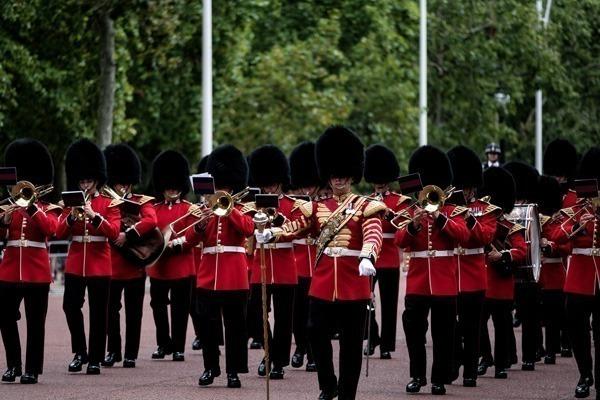 Os guardas da rainhas desfilando durante a troca da guarda.