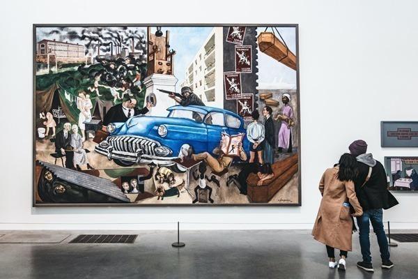 Um casal vendo um quadro colorido no Tate Modern.