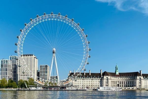 A London Eye vista da margem oposta do Rio Tâmisa num lindo dia de céu azul.
