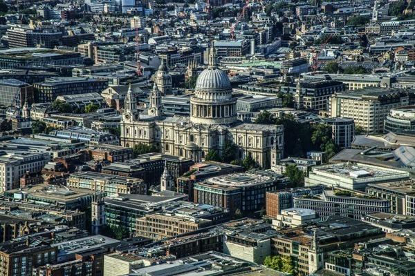 A Saint Paul's Cathedral vista do alto, em meio aos prédios