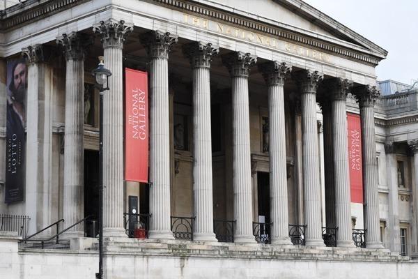 A fachada da National Gallery com colunas gregas