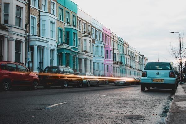 Várias casas geminadas de várias cores diferentes