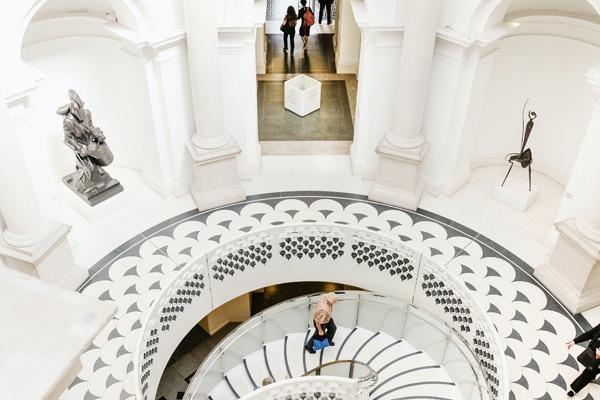 O interior branco do Tate Britain, com sua escadaria linda