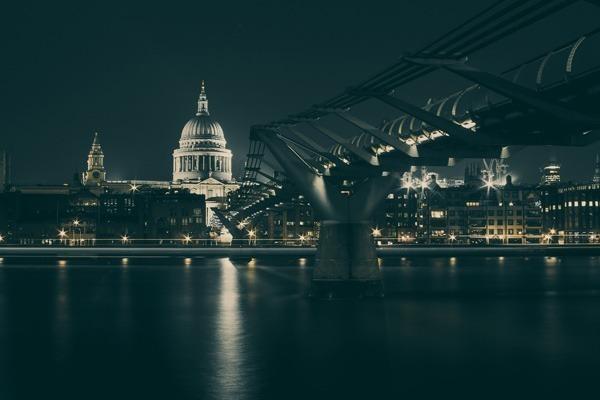 Foto da Millennium Bridge durante a Noite