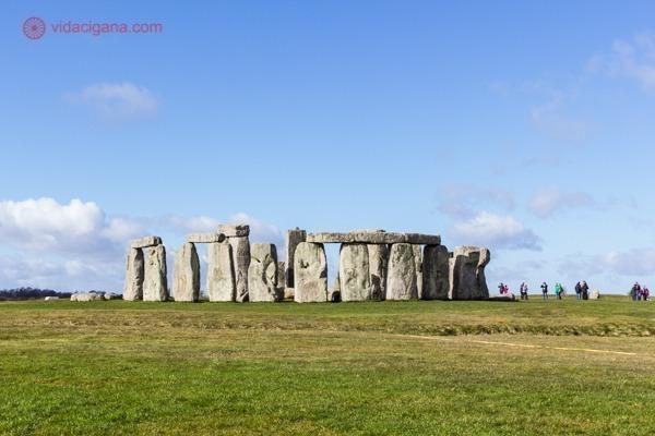 O monumento de Stonehenge num dia ensolarado